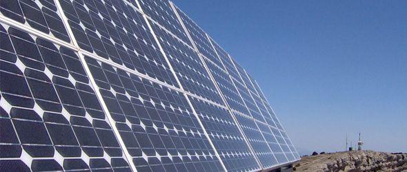 Paneles de Energía Solar. Una de las tres energías sostenibles fundamentales, junto a la geotérmica y la gravitoria, que incluye fuerza de las mareas.