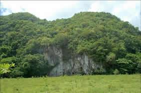 Haití de Sierra Prieta, al frente el abrigo y la cueva con petroglifos