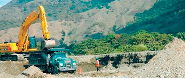 Una pala mecánica en plena labor de extracción en una parte del río que se nota seca. Foto EZEQUIEL GIL