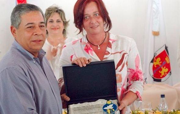 Mercedes de Merced entrega a Roberto Salcedo la placa