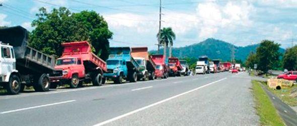 Camioneros protestan cierre extracción materiales Bonao