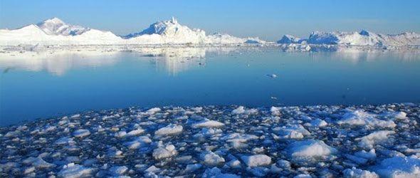 Enorme témpano se desgaja de un glaciar de Groenlandia
