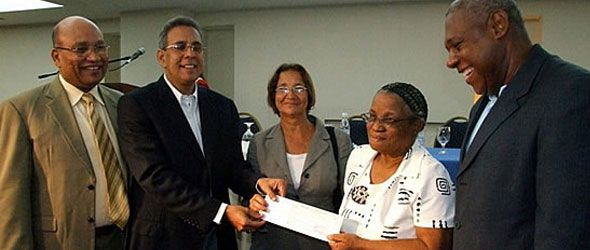 Medio Ambiente entrega cheques a desalojados de Los Haitises