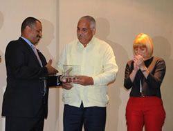 USAID entrega placa a Medio Ambiente