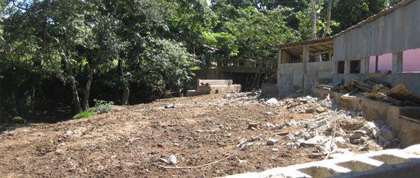 Demolición de infraestructura construida ilegalmente próximo a fuente acuífera en la propiedad del Sr. Sergio Genao, San José de las Matas, Santiago.