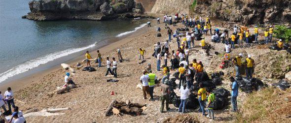 Miles retiran basura de playas