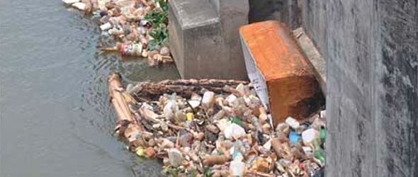 Sigue lanzamiento de desechos al río Yaque