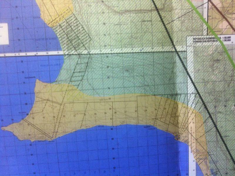 Imagen en formato JPG, recibida de Laura Acosta Lora, mostrando lotes superpuestos sobre mapa topográfico nacional (hacer clic para obtener una vista más detallada)