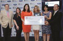 Fernando Villanueva, Alejandra Vecchini, Sonia Villanueva de Brouwer y Sarah Villanueva de Read, le hacen entrega de un cheque y una placa a los ejecutivos de la Fundación Vida Azul, Patricia Cardona y Óscar Oviedo.