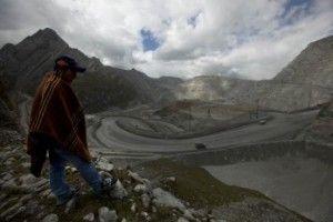 Mayqui Amado, observa hacia la mina Antamina en San Marcos, Perú, sobre una propiedad que está en disputa, el 14 de mayo de 2013.