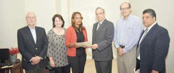 Los directivos de APEDI entregando el documento a la fiscal de Medio Ambiente, Mirian Morel. P