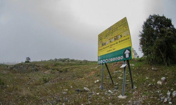 """Letrero despintado """"Bienvenidos al Parque Nacional Sierra de Bahoruco"""""""