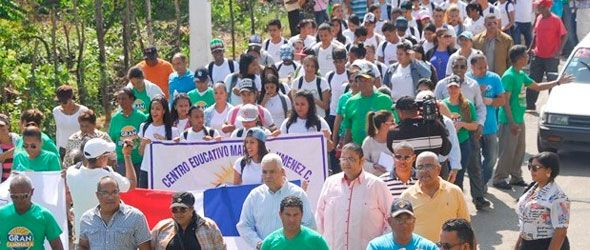 Las comunidades de Canabacoa y Arenoso marcharon en protesta contra los daños ocasionados al río Colorado.