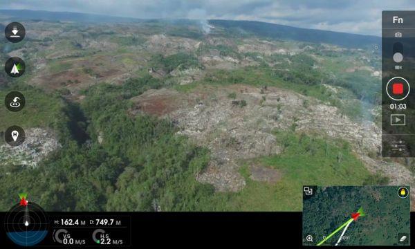 En esta captura del iPad podemos ver la deforestación desde el punto del vista del drone. Abajo, inserto, el mapa de navegación correspondiente al 2012. Existe una marcada reducción de la vegetación.