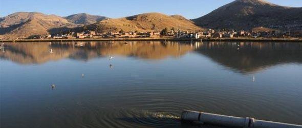 Las aguas del Titicaca cambian de color por la contaminación