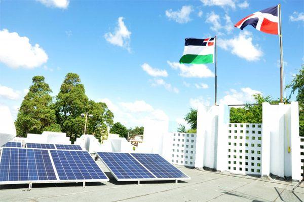 """El """"Proyecto de Instalación de Sistemas Fotovoltaicos en Instituciones Gubernamentales"""", diseñado por la CDEEE, consiste en la instalación de paneles solares fotovoltaicos para la producción de electricidad para el autoabastecimiento de las entidades públicas, cortables y no cortables."""