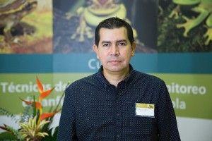 Pedro Galvis, biólogo de la empresa y uno de los autores de la guía.