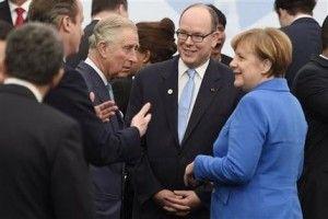 El primer ministro David Cameron, el príncipe Carlos de Inglaterra, el príncipe Albert II de Mónaco, y la canciller alemana Angela Merkel llegan a una foto de grupo como parte de la conferencia de cambio climático de la ONU (COP21), en Le Bourget, a las afueras de París, el lunes 30 de noviembre de 2015. Más de 150 líderes mundiales participan en la primera jornada de la cumbre, que terminará el 11 de diciembre y donde buscan un amplio acuerdo en materia de protección al medioambiente. (Martin Bureau/Pool Photo via AP)