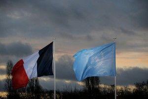 PDJ108 LE BOURGET (FRANCIA) 30/11/2015.- Las banderas de Francia y las Naciones Unidas ondean durante la llegada de líderes a la cumbre sobre cambio climático COP21 que se celebra en Le Bourget en París (Francia) hoy, 30 de noviembre de 2015. La cumbre del clima de París abrió hoy doce días de negociaciones con la llegada de los más de 150 jefes de Estado y de Gobierno llamados a encontrar un acuerdo que evite que la temperatura del planeta aumente más de dos grados a finales de siglo. EFE/Christophe Ena / Pool PROHIBIDO SU USO A MAXPPP