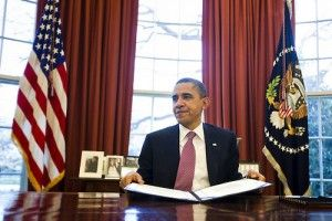 JL02- WASHINGTON (DC, EEUU), 2/03/2011.- El presidente de EEUU, Barack Obama, firma el proyecto de ley de continuación  que el Senado aprobó hoy, miércoles 2 de marzo de 2011, en la Oficina Oval de la Casa Blanca en Washington, DC, (EE.UU.). El proyecto de ley federal mantiene las ejecuciones del Gobierno durante dos semanas más, hasta el 18 de marzo, permitiendo que el Congreso tenga más tiempo para llegar a un acuerdo sobre el presupuesto para el año fiscal. EFE/JIM LO SCALZO