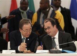 """El presidente francés, François Hollande (derecha), habla con el secretario general de Naciones Unidas, Ban Ki-moon, durante el encuentro """"El desafío climático y soluciones africanas"""" durante la COP21, la Conferencia sobre Cambio Climático de Naciones Unidas, en Le Bourget, al norte del París, el 1 de diciembre de 2015. (Philippe Wojazer, Pool via AP)"""