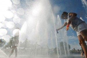 MD17. MADRID, 23/06/2011.- Varias personas se refrescan en las fuentes del parque Juan Carlos I de la capital para mitigar las altas temperaturas registradas hoy en Madrid. EFE/Javier Lizon