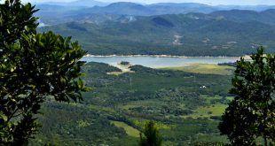Loma Miranda es una montaña pertenece a la Cordillera Central del República Dominicana, con una longitud de 12.3 Km2. El 27 de agosto del 2014 fue declarada Parque Nacional mediante una ley aprobada por el Congreso Nacional, pero el 2 de septiembre del mismo año, el presidente Danilo Medina, en ejercicio de sus facultades y en apego total a las leyes vigentes, devolvió el proyecto de ley al Congreso, sin promulgar, con varias observaciones. Esta montaña ubicada a 17 Km del centro de La Vega, en las coordenadas 19º 10 latitud norte y 70º 46 longitud oeste. Su altura mayor está localizada a unos 658 metros sobre el nivel del mar. Cordillera Central, La Vega, República Dominicana Foto : Orlando Ramos/Acento.com.do Fecha: 02/10/2014