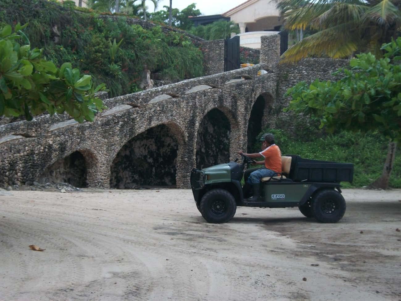Playa cerrada, acceso directo desde Orchid Bay. La señora Rebeca McDonald se apropió de la playa, puso puertas a las cuevas y bloqueo los accesos públicos.