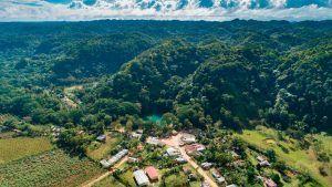 Al centro la laguna, al fondo el Parque Nacional Los Haitises. ( MARVIN DEL CID)