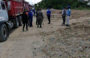 Las autoridades del Ministerio Público en el lugar donde se extraían materiales. (FUENTE EXTERNA)